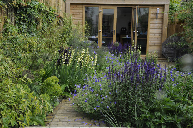 Contemporary Garden by Arthur Road Landscapes