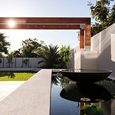 Contemporary Landscape by Cambuild