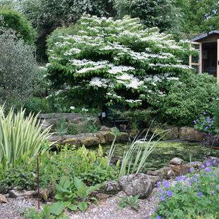 Inspiration för en eklektisk trädgård i full sol, med en fontän och grus