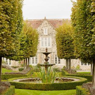 Diseño de jardín de estilo de casa de campo con fuente