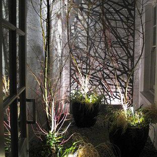 Idee per un piccolo giardino etnico in ombra in cortile in inverno con un giardino in vaso e ghiaia