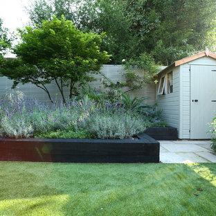 ロンドンの中サイズの地中海スタイルのおしゃれな庭 (日向、天然石敷き) の写真