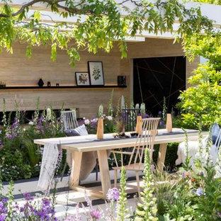 Foto di un giardino formale mediterraneo esposto a mezz'ombra di medie dimensioni e dietro casa in estate con pavimentazioni in cemento