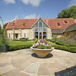 Diseño de camino de jardín de estilo de casa de campo, en patio, con exposición total al sol y adoquines de piedra natural