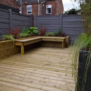 Jardin Avec Une Terrasse En Bois Ou Composite Cheshire Photos Et