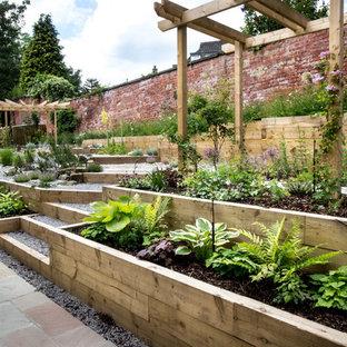 Cette image montre un jardin arrière design de taille moyenne et l'été avec une exposition ombragée et des pavés en pierre naturelle.