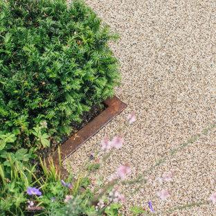 Idée de décoration pour un grand jardin à la française arrière nordique l'été avec une entrée ou une allée de jardin, une exposition ensoleillée et du gravier.