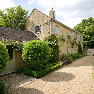 Design ideas for a farmhouse side driveway garden in Oxfordshire with gravel.