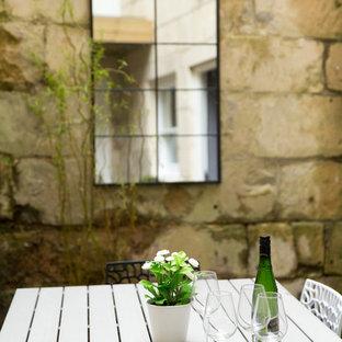 Réalisation d'un petit jardin nordique avec une exposition partiellement ombragée et des pavés en pierre naturelle.