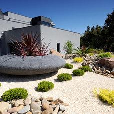 Modern Landscape by Tony Blackford Landscaping & Paving