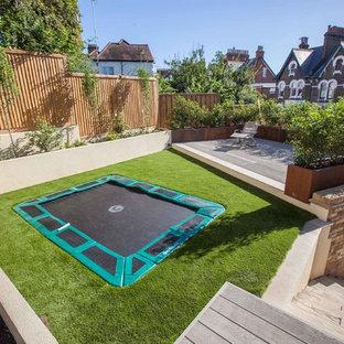 ハンプシャーの中サイズのコンテンポラリースタイルのおしゃれな裏庭 (デッキ材舗装) の写真