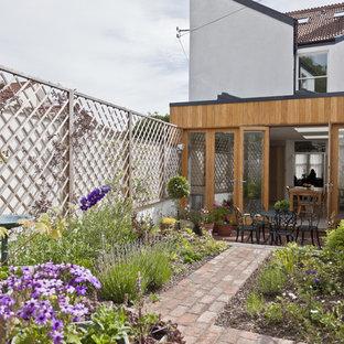 Diseño de jardín actual, pequeño, en patio trasero, con adoquines de ladrillo