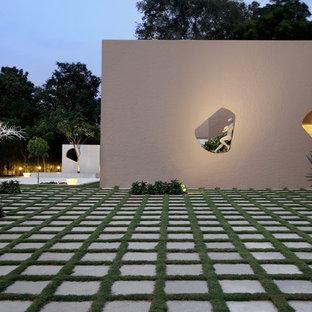 アフマダーバードの大きいコンテンポラリースタイルのおしゃれな庭の写真