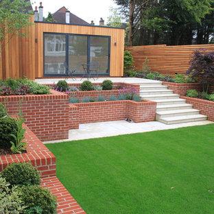 ロンドンの中サイズのコンテンポラリースタイルのおしゃれな裏庭の写真