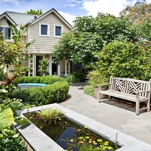 Выдающиеся фото от архитекторов и дизайнеров интерьера: большой огород на участке на заднем дворе в классическом стиле с полуденной тенью и покрытием из каменной брусчатки