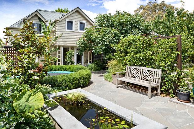 Traditional Garden by Ros McCully Garden Design