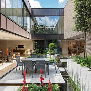 Immagine di un laghetto da giardino contemporaneo di medie dimensioni e in cortile