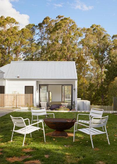 Contemporary Garden by Jess Hunter Interior Design