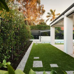 パースの春のコンテンポラリースタイルのおしゃれな庭 (半日向、マルチング舗装) の写真
