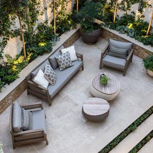 Geometrischer, Kleiner, Halbschattiger Moderner Garten hinter dem Haus mit Kamin und Natursteinplatten in London