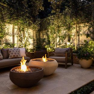 Geometrischer, Kleiner, Halbschattiger Klassischer Garten hinter dem Haus mit Kamin und Natursteinplatten in London