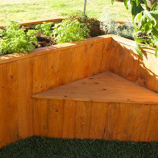 Idéer för att renovera en liten funkis trädgård i full sol, med en köksträdgård