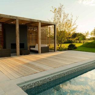 Großes Uriges Garten im Innenhof im Sommer mit Kamin, direkter Sonneneinstrahlung und Natursteinplatten in Kent