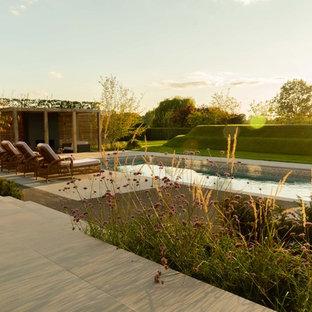 Großes Rustikales Garten im Innenhof im Sommer mit Kamin, direkter Sonneneinstrahlung und Natursteinplatten in Kent