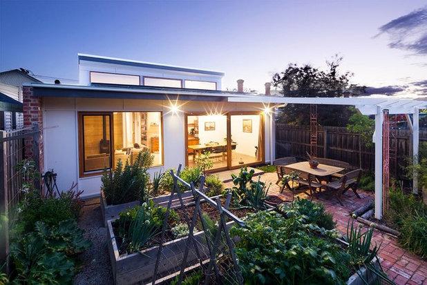 Contemporary Garden by DESIGNS FOR YOU