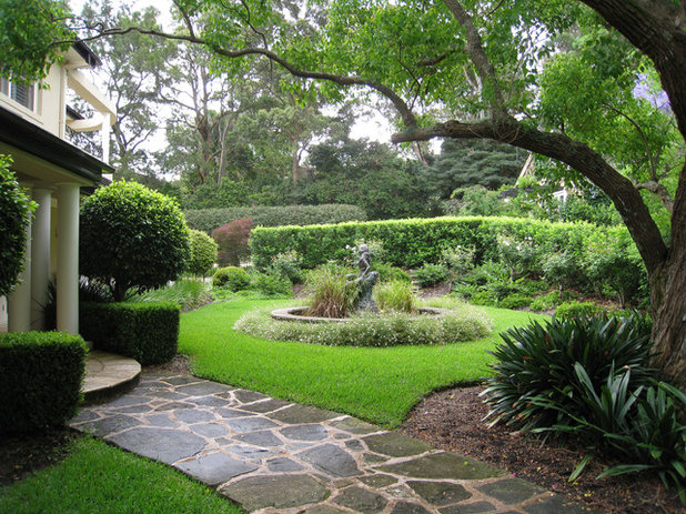 Traditional Garden by Living Colour Landscapes