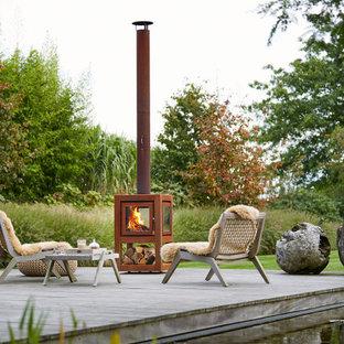 Geräumiger Moderner Garten im Sommer, hinter dem Haus mit Kamin, direkter Sonneneinstrahlung und Dielen in London