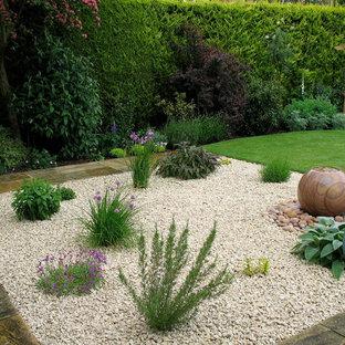 Inspiration pour un jardin arrière rustique de taille moyenne et l'été avec un point d'eau, une exposition ensoleillée et du gravier.