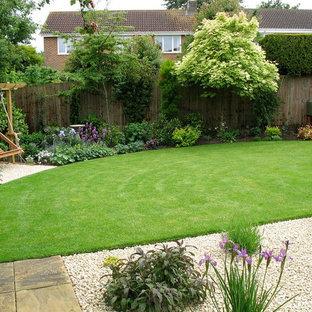 Идея дизайна: солнечный, летний участок и сад среднего размера на заднем дворе в стиле кантри с освещенностью
