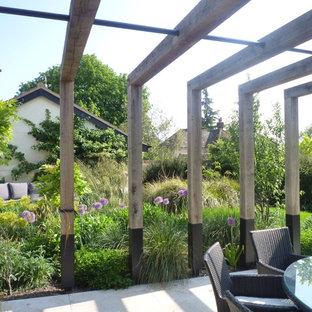 Idée de décoration pour un jardin à la française arrière chalet de taille moyenne avec une entrée ou une allée de jardin et des pavés en pierre naturelle.