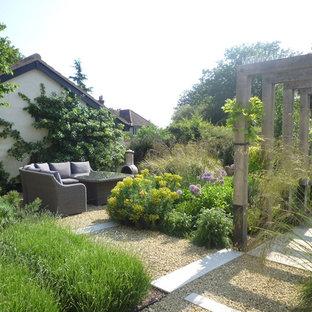 Cette image montre un jardin à la française arrière chalet de taille moyenne avec une entrée ou une allée de jardin et des pavés en pierre naturelle.