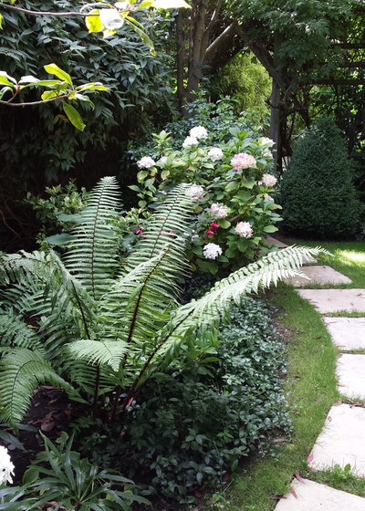 Traditional Garden by Patricia Tyrrell Living Landscapes