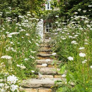 Foto di un giardino country con scale