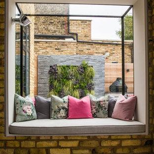 Diseño de jardín contemporáneo, de tamaño medio, en verano, en patio trasero, con estanque, exposición total al sol y adoquines de piedra natural