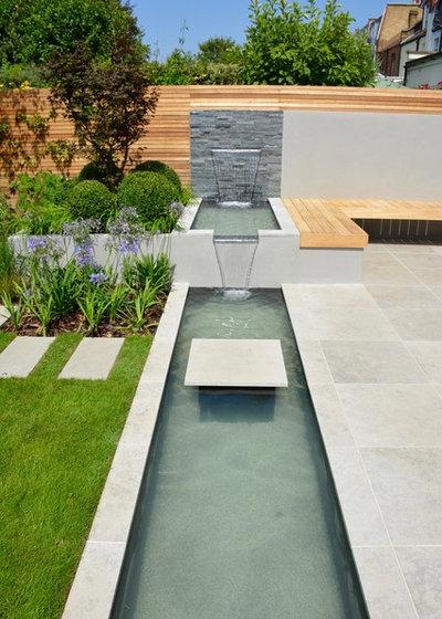 Contemporary Garden by Tom Howard Garden Design and Landscaping