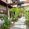 Houzz Tour: Lush Australian Beach Retreat Invites the Outside In