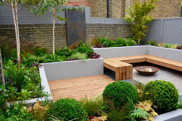 Contemporary Garden by Tom Howard Garden Design and Landscaping