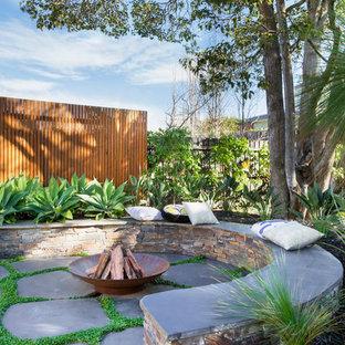 Inspiration pour un grand jardin arrière style shabby chic avec des pavés en pierre naturelle.