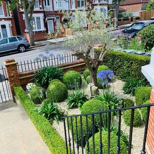 Cette image montre un jardin avant avec des pavés en pierre naturelle.