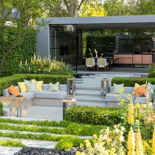 ロンドンの大きいコンテンポラリースタイルのおしゃれな整形庭園 (天然石敷き) の写真