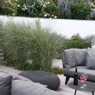 Aménagement d'un jardin moderne de taille moyenne et l'été avec une cascade, une exposition partiellement ombragée et des pavés en pierre naturelle.