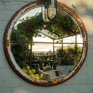 ケントの中サイズの、夏のラスティックスタイルのおしゃれな整形庭園 (庭への小道、日向、レンガ敷き) の写真