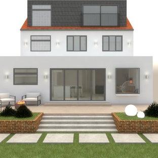 Geometrischer, Mittelgroßer, Halbschattiger Country Garten im Sommer, hinter dem Haus mit Kamin und Natursteinplatten in London