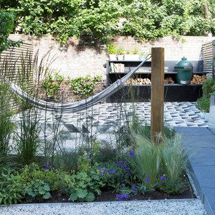 Idee per un piccolo giardino minimal esposto in pieno sole dietro casa in primavera con pavimentazioni in pietra naturale