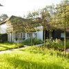 Gartenbesuch: Ein grüner Hof als Brücke zwischen Haus und Anbau