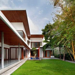 バンガロールの大きいコンテンポラリースタイルのおしゃれな庭の写真
